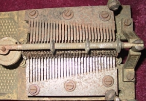 A box with a double comb