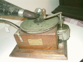 Berliner Gramophone side view